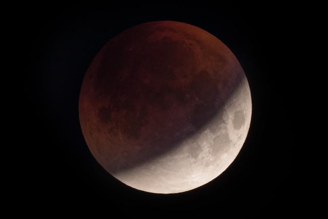 La Pleine Lune du lundi 21 janvier 2019 au premier degré du Lion est une éclipse lunaire totale.